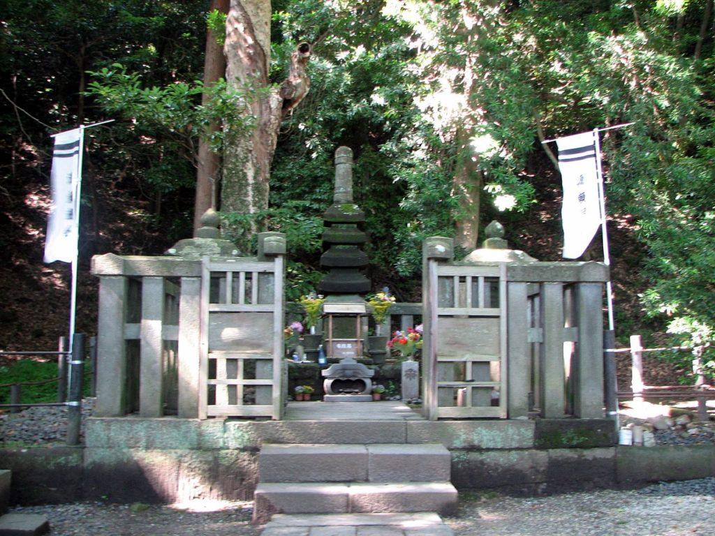 grave of minamoto_no_yoritomo