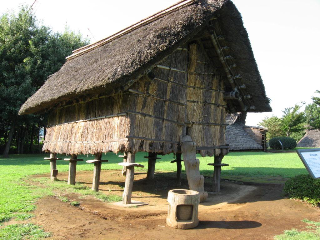Ещё в период Дзёмон японцы освоили строительство свайных конструкций. Вполне логичным стал переход от землянок к строительству домов на сваях.