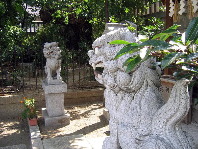 Корейские собаки Комаину охраняют святая святых японских храмов синто.