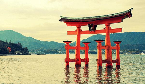 Ворота тории открывают путь к храму синто, обозначают границу между миром духов ками и пространством людей.